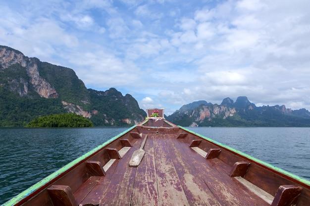 木製のボートが水の中を走っていました。