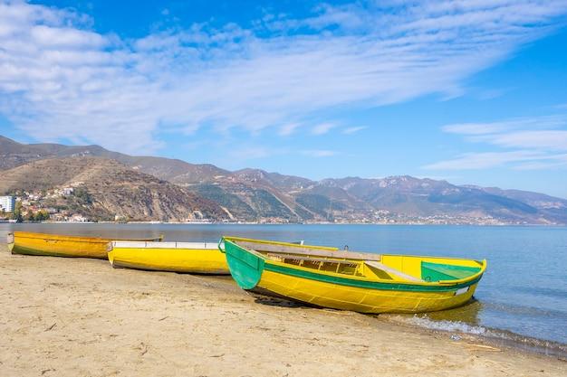 Деревянные лодки на пирсе на горном озере. Premium Фотографии