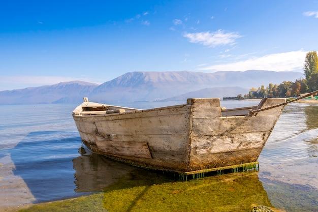 Деревянные лодки на пирсе на горном озере.