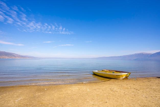 山の湖の桟橋で木製のボート。