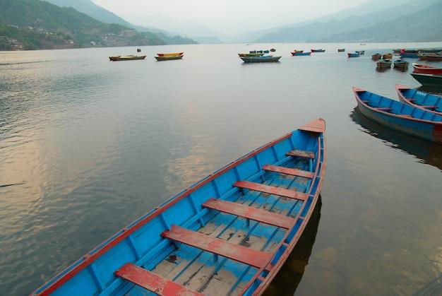 湖の木製ボート。ネパールの夜。