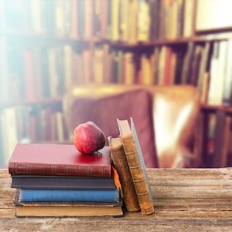도서관에서 골동품 책의 행과 나무 책장