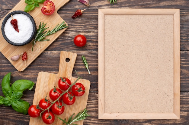 Fondo in legno con ingredienti da cucina