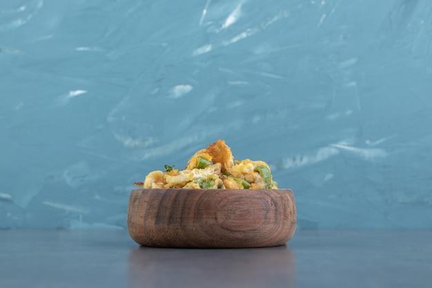 Ciotola di legno di uova fritte