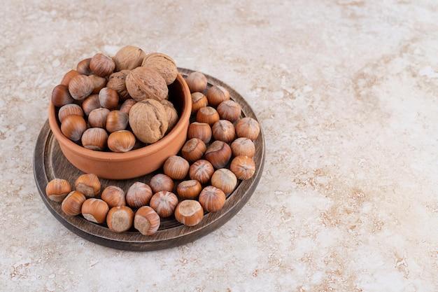 Una ciotola di legno di noci di macadamia e noci
