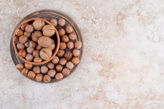 Una ciotola di legno di noci macadamia e noci.