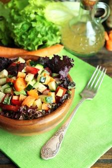 냅킨, 근접 촬영에 신선한 야채 샐러드의 나무 그릇