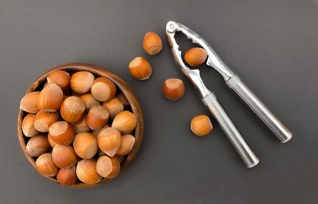 조개 금속 호두 까기 인형 검은 배경에 헤이즐넛의 나무 그릇