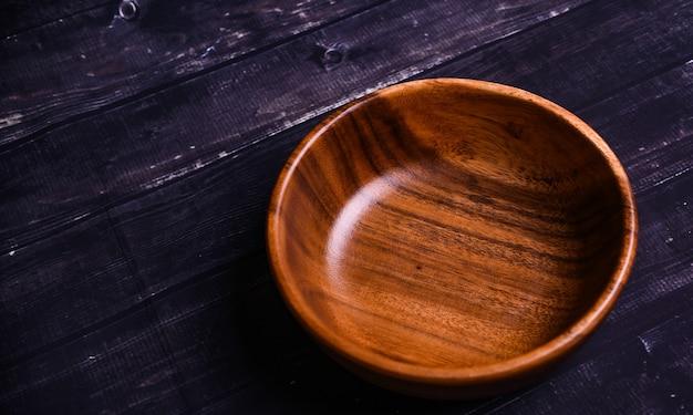 검은 색 표면에 나무 그릇