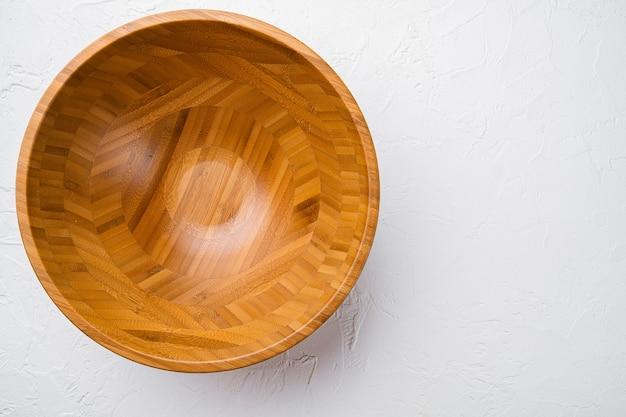 텍스트 또는 음식을 위한 복사 공간이 있는 나무 그릇 세트, 흰색 돌 탁자 배경에 있는 평면도