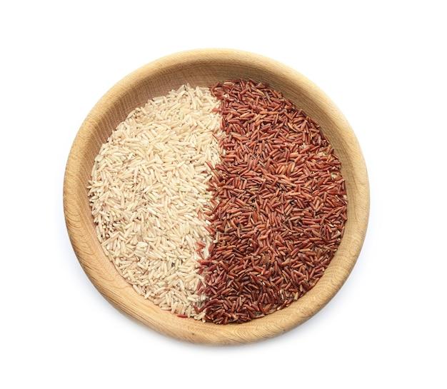 Деревянная миска с коричневым и красным грузовым рисом на белом фоне