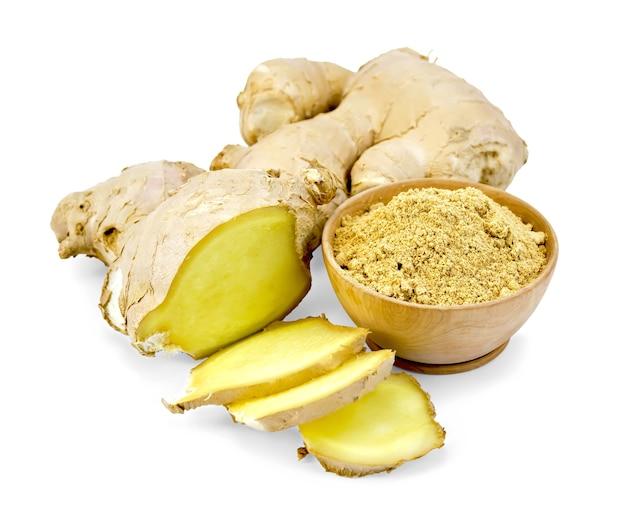 生姜の粉、白い背景で隔離の刻んだ生姜の根と木製のボウル