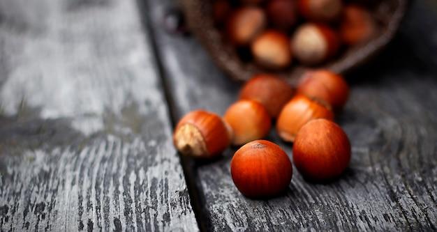 검은 나무 테이블에 헤이즐넛이 있는 나무 그릇