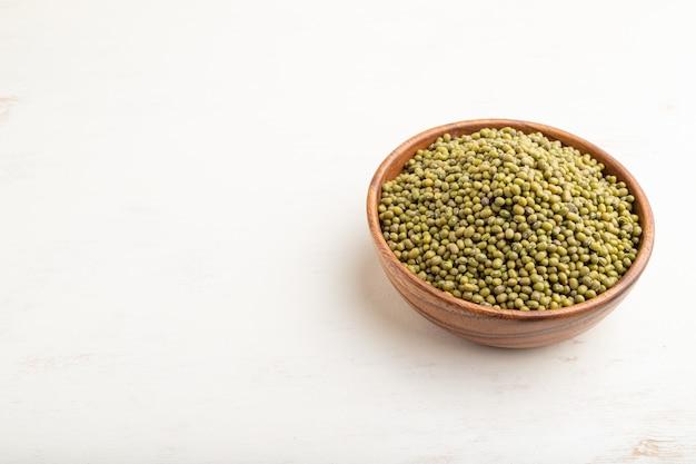 生の緑豆を入れた木製ボウル
