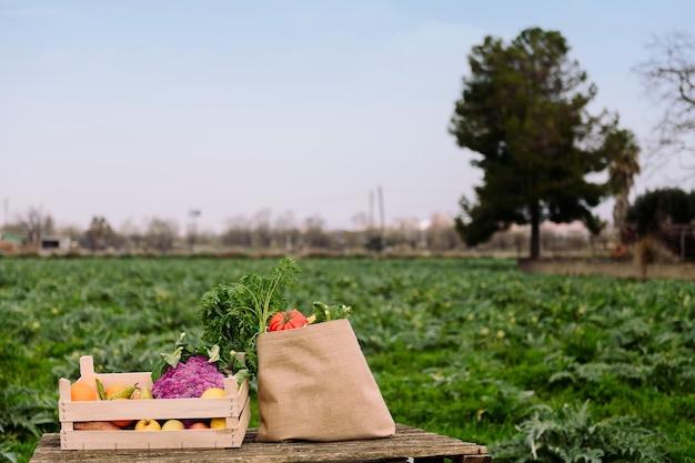 野菜や果物がいっぱい入った木箱やバッグ