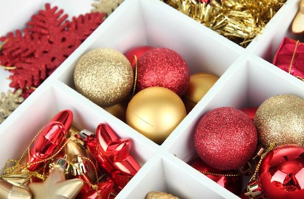 크리스마스 장식 표면으로 가득 찬 나무 상자