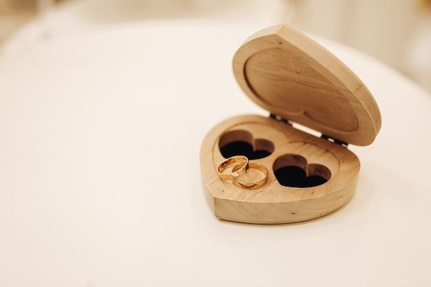 심장 모양의 결혼 반지를위한 나무 상자
