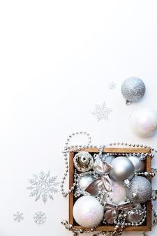 白い背景の上のクリスマスの装飾の木箱
