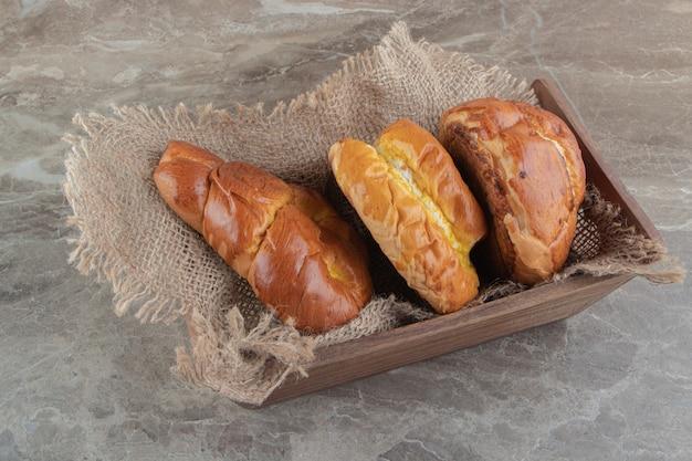 대리석 backgroudn에 다양 한 맛있는 파이의 나무 상자