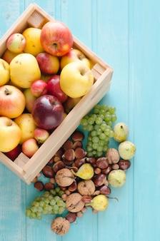 Деревянный ящик с осенними фруктами