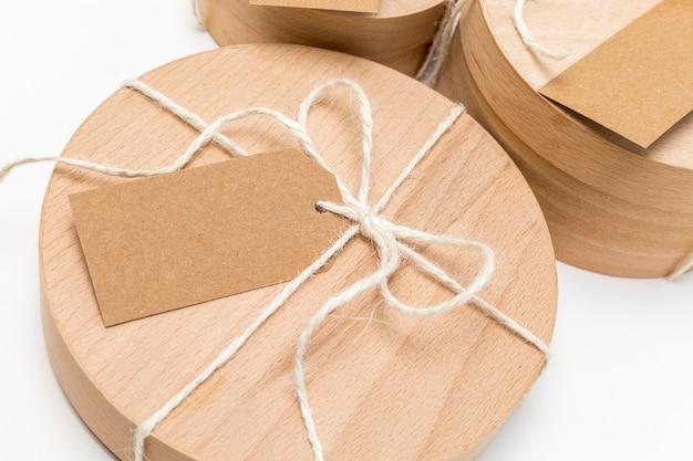 Scatola di legno con arrangiamento tag vuoto