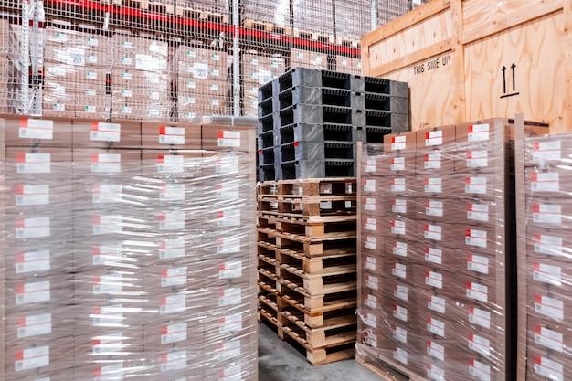 Деревянные ящики и деревянные поддоны на складе ящики деревянные для упаковки промышленного оборудования
