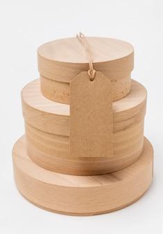 Scatole di legno con disposizione tag vuoto