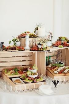 Scatole di legno con vino e spuntini salati