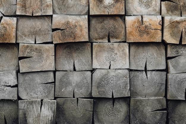 Деревянная кирпичная стена. мозаика из брусьев, кладка из плитки.