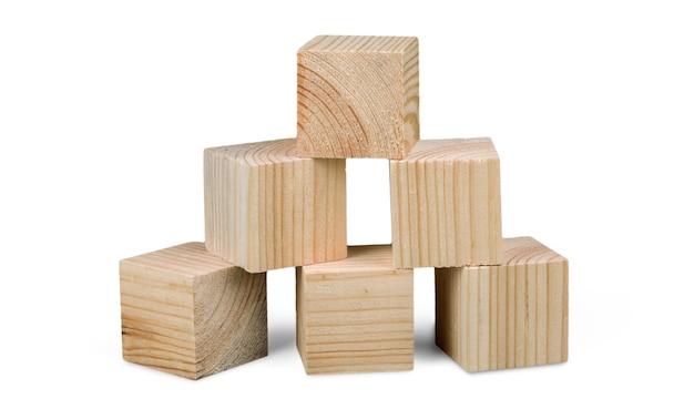 白い背景の上の木製のレンガの建設