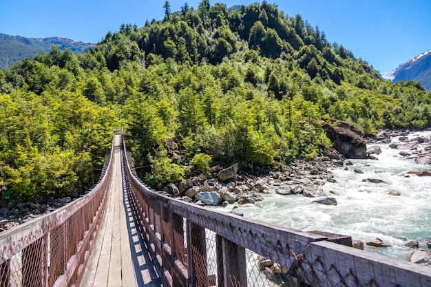 ムルタ川を渡る木製の橋、美しい山々の景色、パタゴニア、チリ、南アメリカのある風景