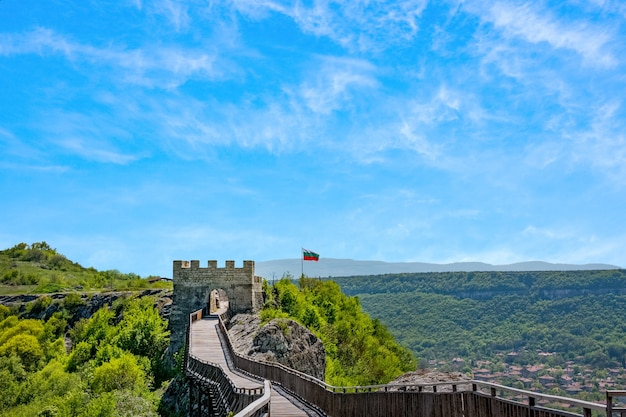 Деревянный мост и ворота древней крепости овеч в провадии, болгария