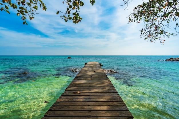 Деревянный мост и морской пляж с небом на острове ко мун-норк, районг, таиланд