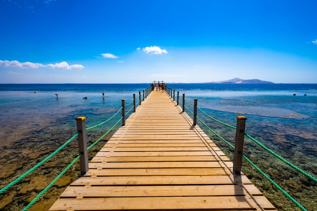 ポートで木製の橋