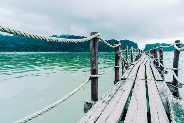 Деревянный мост в бухте талет в кханоме, туристическая достопримечательность накхон шри таммарат в таиланде