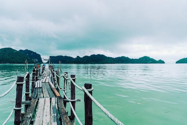 タイのナコンシータマラート観光旅行のランドマーク、カノムのタレットベイにある木製の橋