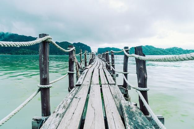 태국의 나콘 스리 탐마랏 관광 랜드마크인 카놈의 탈레트 베이의 목조 다리