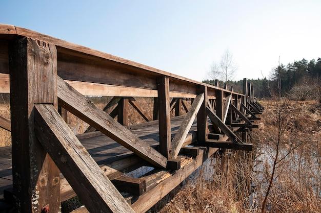 강 산책을위한 목조 다리입니다. 백그라운드에서 푸른 하늘