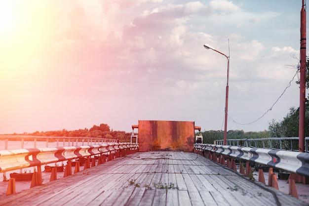 川岸の木造橋。柱のある木造道路。パントン木製橋。