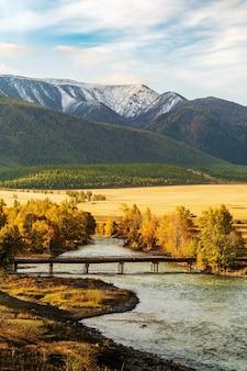 Деревянный мост через реку чуя в степи курай, рассвет. алтай, россия