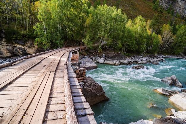 급류 behemoth 근처에 있는 chuya 강 위의 목조 다리. 러시아 알타이 산