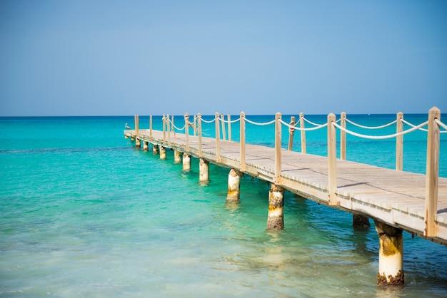 海に架かる木製の橋。旅行と休暇。自由の概念。