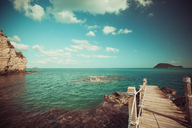 목조 다리-바다, 여름입니다.