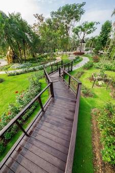 公園内の木造橋の歩道。