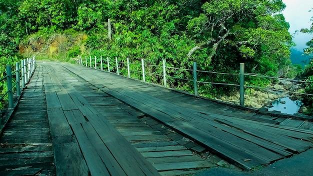 Деревянный мост со стальной подвеской