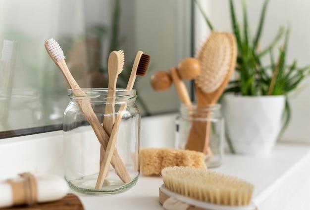 Spazzole in legno disposte a vaso