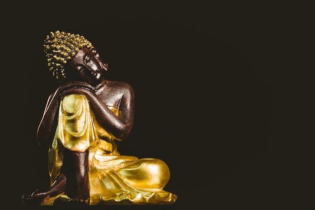 Деревянная статуя будды