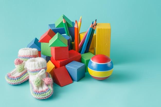 Деревянный строительный блок и цветные карандаши