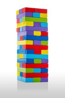 白い背景で隔離の多くの色で、木製のビルディングブロック