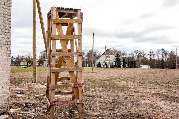 Коза деревянного здания стоя на строительной площадке